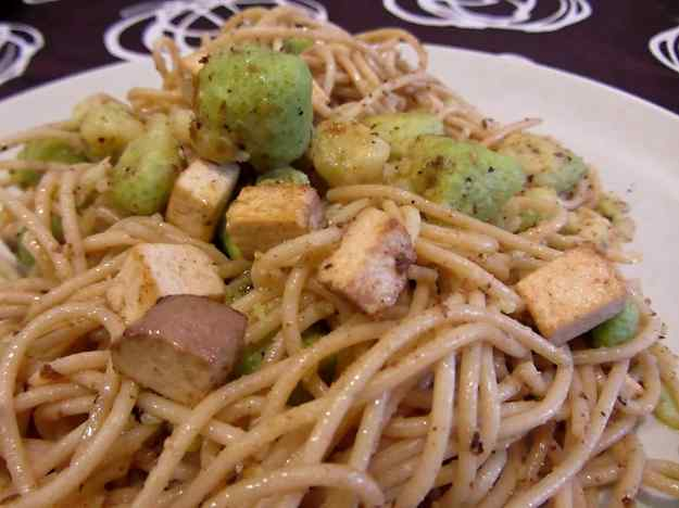 Espaguetis amb bròquil i tofu fumat