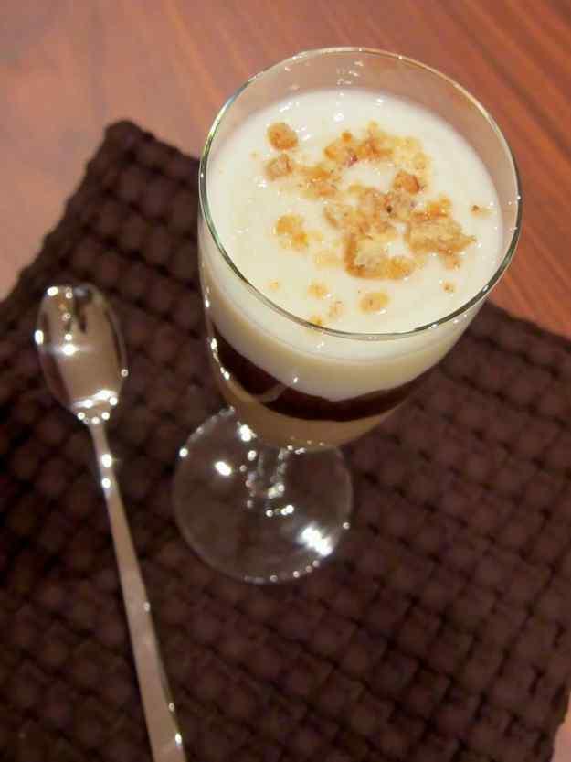 Copa de plàtan, xocolata i iogurt amb crema de galetes