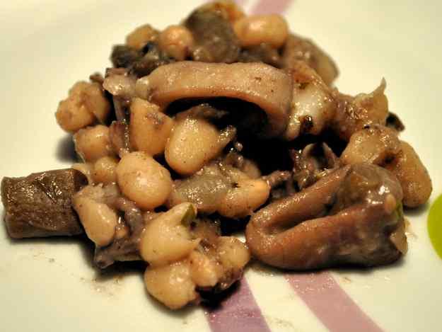 Mongetes de Santa Pau amb calamarsets i bolets