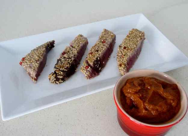 Tonyina arrebossada amb sèsam i pebre vermell, acompanyada de salsa de tomàquet express