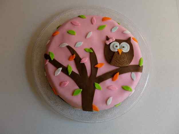 Pastís d'aniversari de xocolata amb fondant