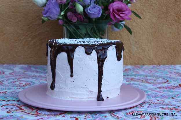 LAYER CAKE DE XOCOLATA COBERT AMB MERENGA DE MADUIXES