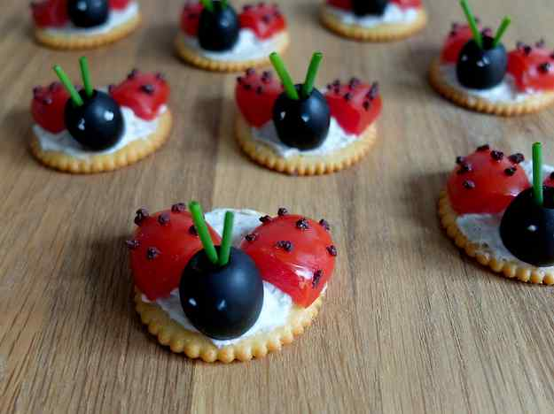 Canapès infantils – Marietes de formatge i olives