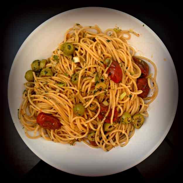 Espagueti integrals amb tomàtigues de cirerol i olives verdes