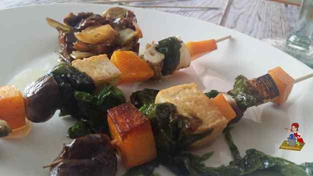 Broqueta de vegetals, tofu i lletuga de mar