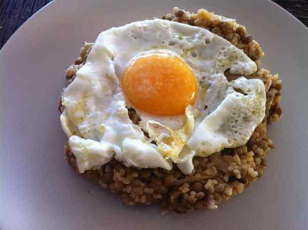 Pilaf de bulgur amb llenties i ou ferrat (34/135)