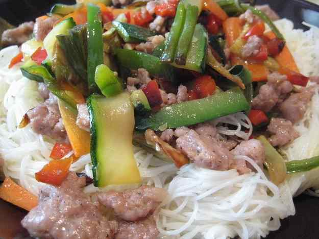 Fidues d'arròs amb carn i verdures