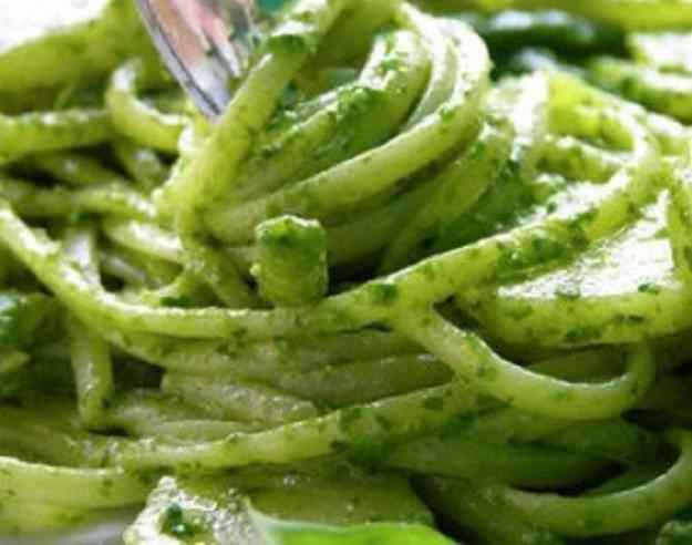Espaguetis d'espirulina amb salsa pesto 01