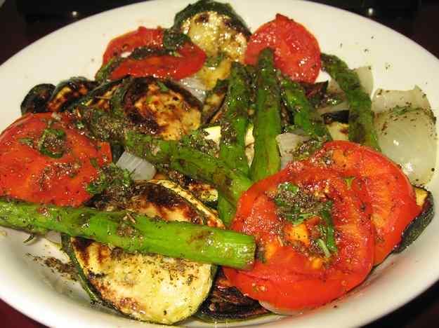 Verdures a la brasa amb oli d'alfàbrega