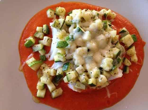 Bacallà confitat amb carbassó i salsa de pebrots