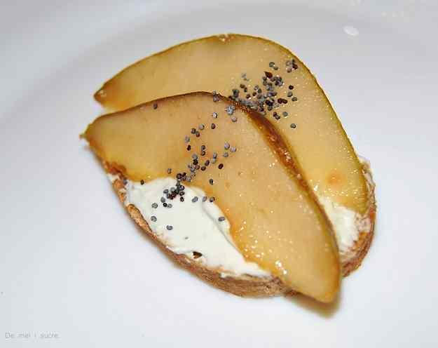 Barqueta de peres flamejades i crema de formatge blau 01