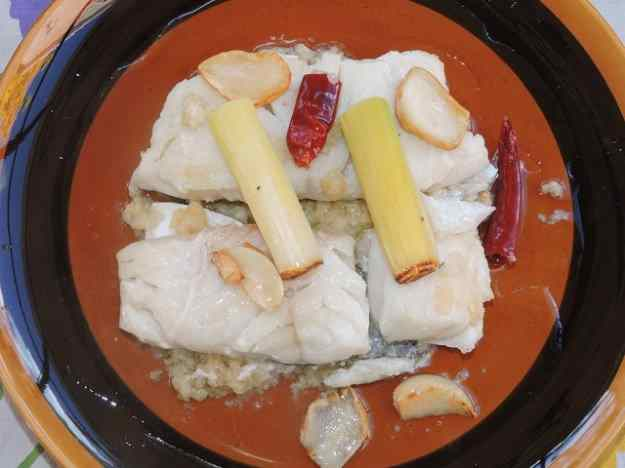 Bacallà al pil pil i calçots amb salsa romesco