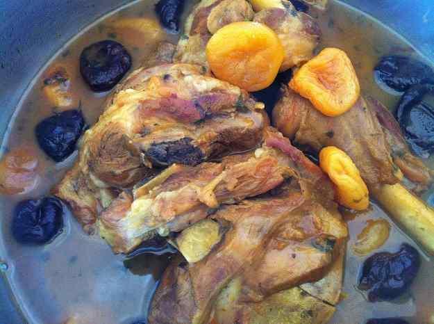 Espatlla de xai amb prunes i orellanes (56/135)