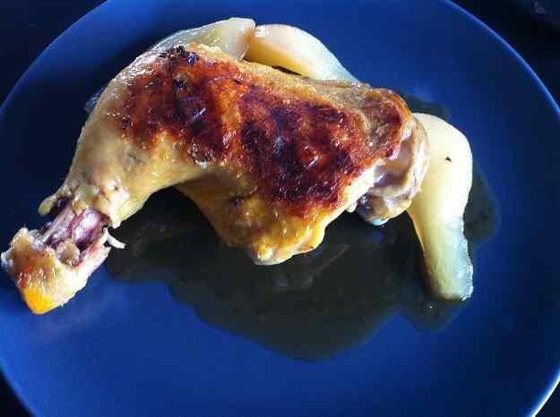 Confit de pollastre amb peres especiades i salsa de ratafia