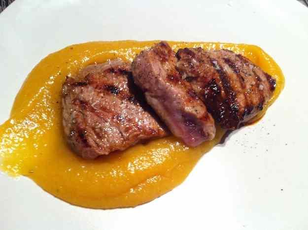 Filet de porc ibèric amb puré de poma i orellanes (42/88)