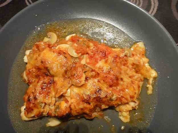 Filets de llenguado amb salsa de tomàquet, xampinyons, musclus i formatge ratllat (79/164)