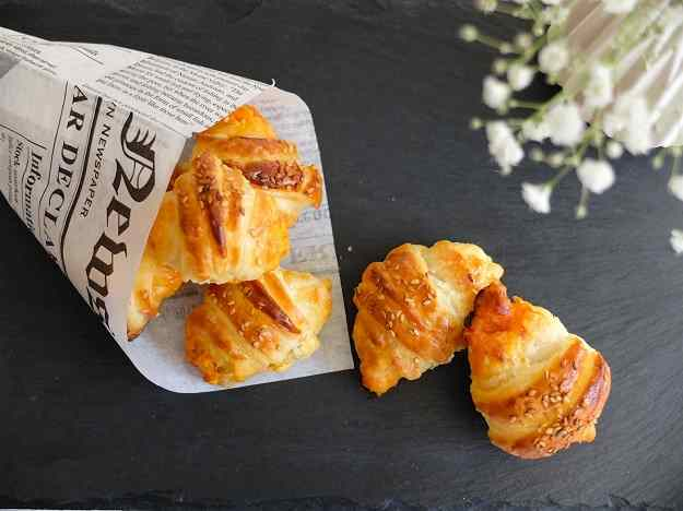 Croissants de sobrassada, formatge i mel