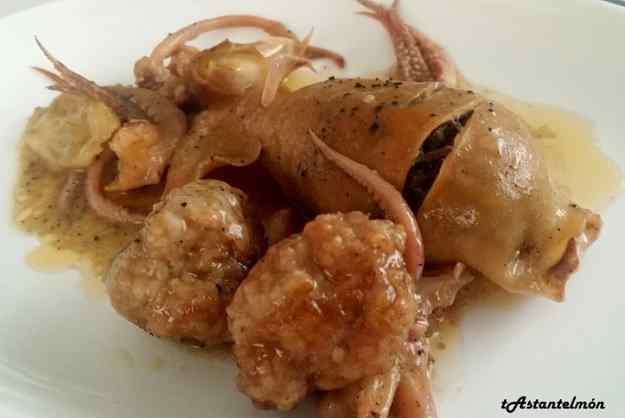 Calamars farcits de botifarra de ceba amb mandonguilles de carn picada