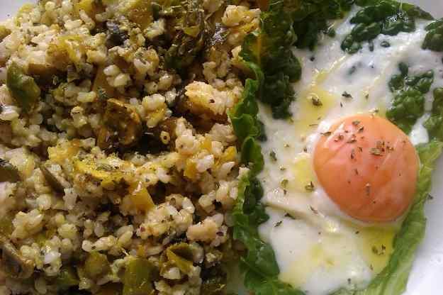 Arròs integral amb espàrrecs i ou al vapor