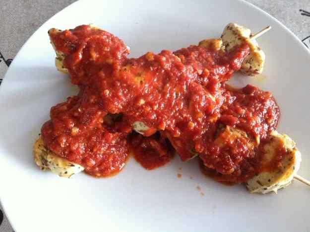 Broxeta de pollastre amb salsa de tomàquet i fruits secs (53/88)