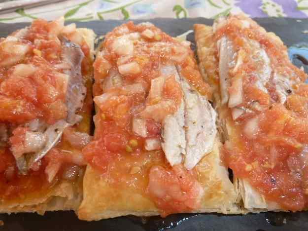Coca amb sardines marinades