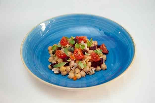 Cigrons, verdures en escabetx i tomàquets de jardí