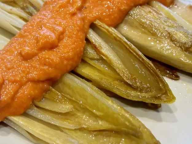 Endívies amb salsa romesco